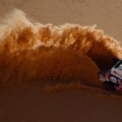 El piloto de Toyota Nasser Al-Attiyah de Qatar y su copiloto Mathieu Baumel de Francia compiten durante la tercera etapa del Rally Dakar 2021 alrededor de Wadi Ad-Dawasir, en Arabia Saudita. | Foto:Franck Fife / AFP