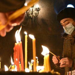 Los fieles armenios encienden velas durante un servicio religioso en una catedral de la capital, Ereván. | Foto:Karen Minasyan / AFP