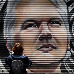 Un mural del australiano Julian Assange se ve en un callejón en Melbourne, luego de que un juez en Londres dictaminara que el fundador de WikiLeaks no debe ser extraditado a los Estados Unidos para enfrentar cargos de espionaje por publicar cientos de miles de militares y diplomáticos clasificados. documentos en 2010.   Foto:William West / AFP