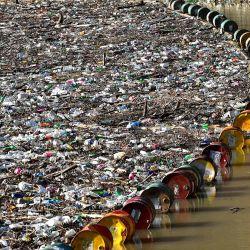 Más de 5.000 metros cúbicos de desechos y escombros se ven en la presa de la planta de energía hidráulica    Foto:Elvis Barukcic / AFP