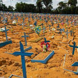 Vista general de un área reservada para el entierro de víctimas del COVID-19 en el cementerio de Nossa Senhora Aparecida en Manaus, Brasil.   Foto:Michael Dantas / AFP
