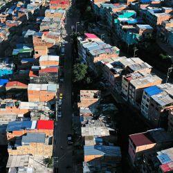 Vista aérea de un barrio de Bogotá. - El alcalde de Bogotá, Luis Ernesto Gómez, anunció el regreso al confinamiento estricto debido al aumento de casos del nuevo Coronavirus registrados por las autoridades de salud. | Foto:Raúl Arboleda / AFP