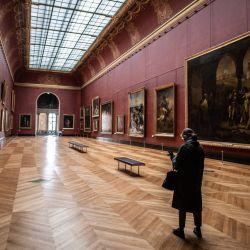 La fotografía en el Museo del Louvre en París muestra a un personal parado en la    Foto:Martin Bureau / AFP