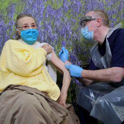 Irlanda del Norte, Belfast: Eileen Lynch, De 94 años, recibe la primera de dos dosis de la vacuna Oxford / AstraZeneca Coronavirus (Covid-19), administrada por el Dr. Michael McKenna, en Falls Surgery en Falls Road.   Foto:Kelvin Boyes / PA Wire / DPA