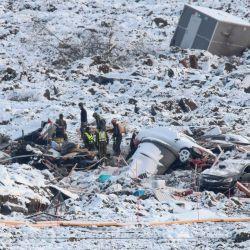 Los equipos de rescate continúan con sus esfuerzos en el sitio de un gran deslizamiento de tierra que ocurrió en Ask, Noruega. - Tres personas siguen desaparecidas después de que el deslizamiento de tierra golpeara el pueblo de Ask en el municipio de Gjerdrum, a 25 kilómetros al noreste de Oslo.   Foto:Terje Pedersen / NTB / AFP