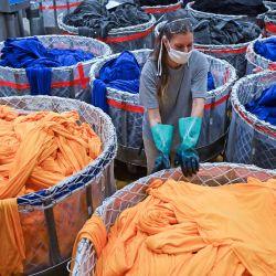 Sajonia: un empleado mueve una cesta de tejidos teñidos en la tintorería del fabricante textil pro4tex. La empresa, que emplea a unas 100 personas, ha comenzado recientemente a producir máscaras médicas de tres capas que se pueden lavar y reutilizar hasta 20 veces; los fabricantes de textiles de Alemania Oriental están recurriendo cada vez más a productos médicos reutilizables como máscaras y batas. | Foto:Hendrik Schmidt / DPA