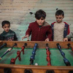 Siria, Afes: niños sirios juegan al metegol entre edificios dañados en la aldea de Afes. Los residentes de Afes comenzaron a regresar a sus hogares después de que se vieron obligados a desplazarse internamente debido al intenso bombardeo en medio de la campaña militar del gobierno sirio en el noroeste de Siria.   Foto:Anas Alkharboutli / DPA
