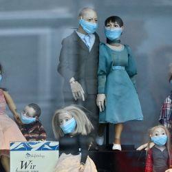 Turingia, Erfurt: Los personajes del teatro de marionetas llevan máscaras en el escaparate del teatro Waidspeicher.   Foto:Martin Schutt / dpa-Zentralbild / dpa