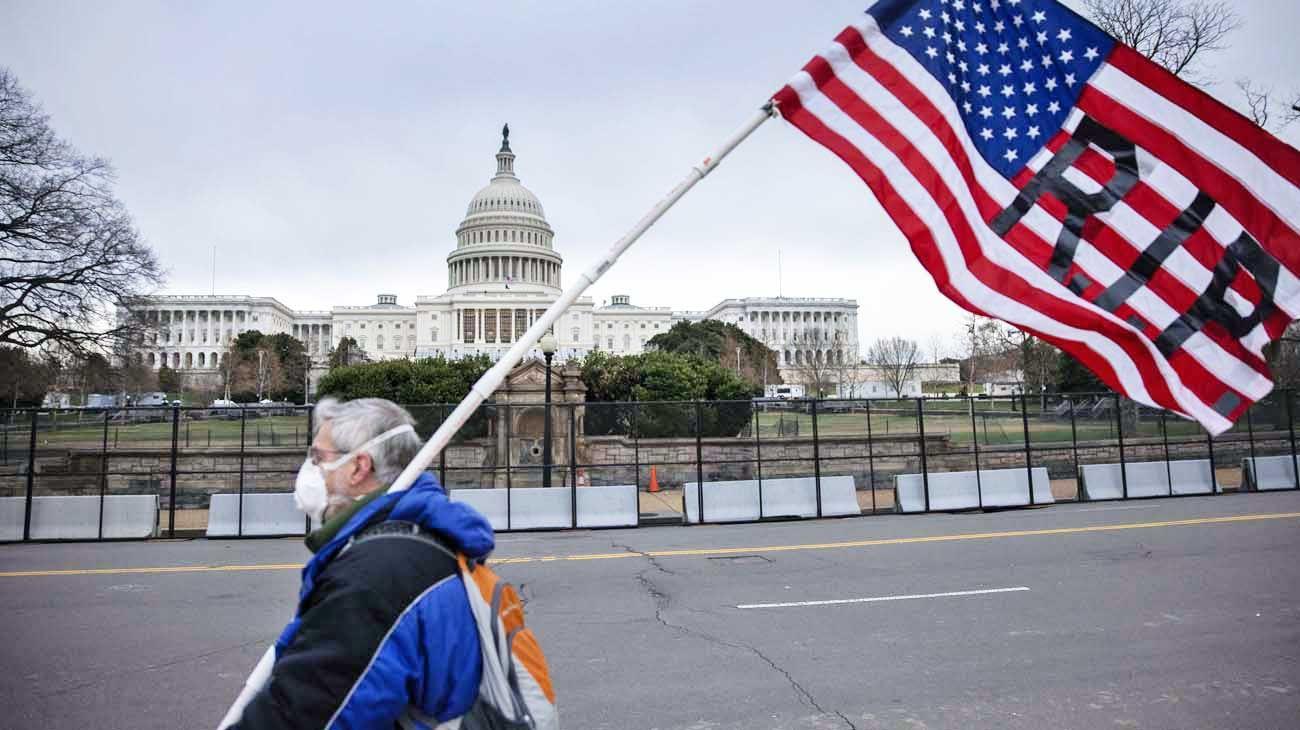 RIP. Un opositor expresa su rechazo frente a la Casa Blanca.