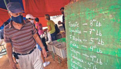 """""""Actualización"""". Un cubano busca los nuevos precios de alimentos."""