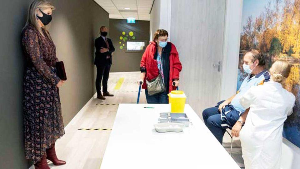 Atenta. La reina asistió a un centro holandés de vacunación.