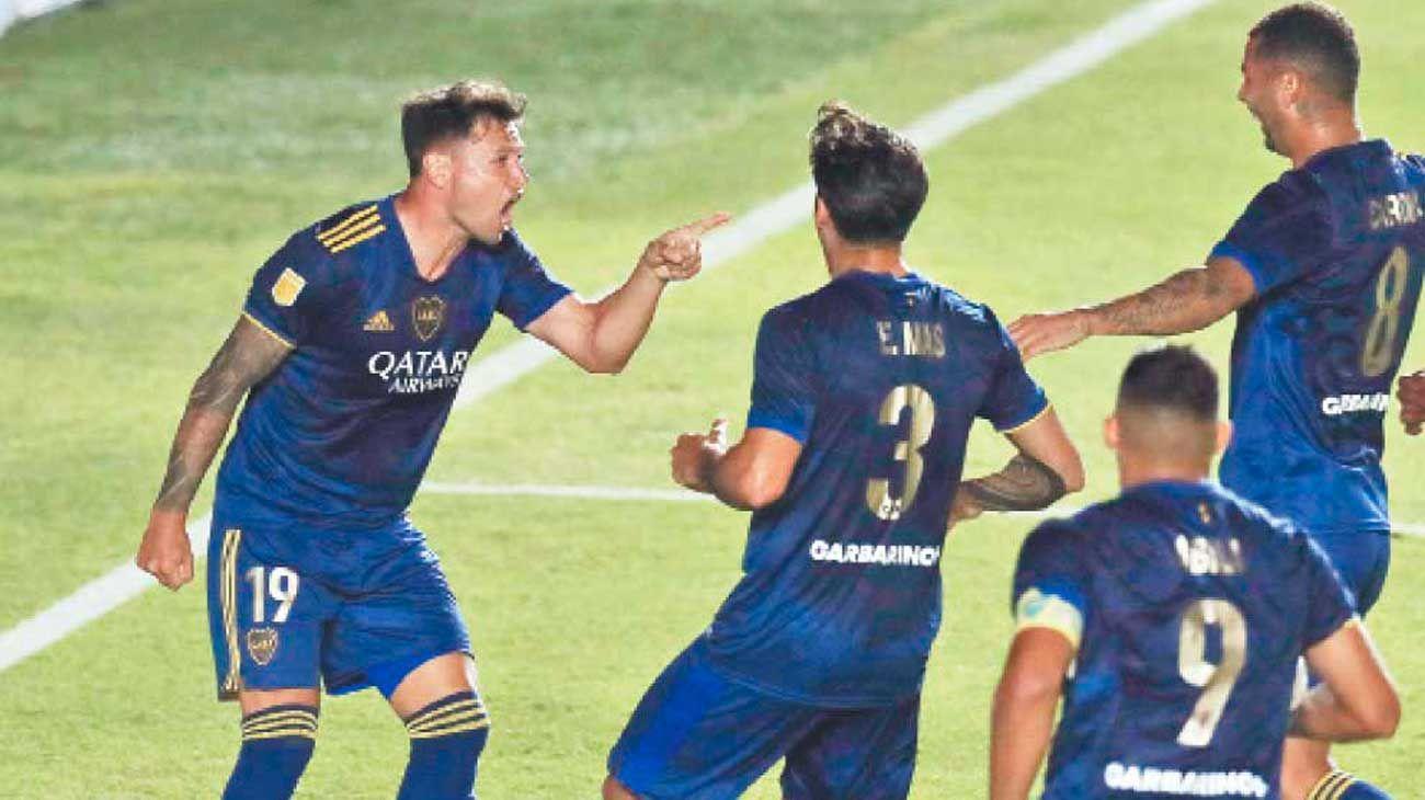 Los dueños de la pelota. Zárate, autor del primer gol de Boca, y Wanchope, que convirtió el del triunfo. El equipo de Russo lo dio vuelta y está en la final.