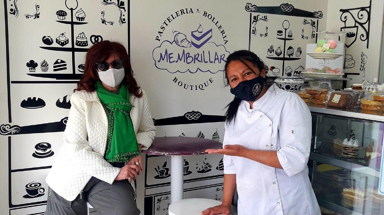 Cristina Kirchner y Analía, en la pastelería de El Calafate