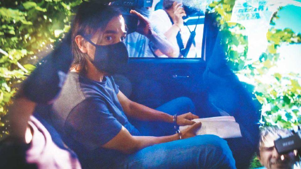 Camino a la celda. El ex rugbier Juan Ignacio Buzali al salir de la UFI 17 de La Plata después de declarar durante cerca de cinco horas.