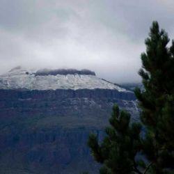 Todos los cerros de la región amanecieron totalmente teñidos de blanco.