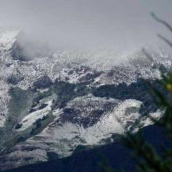 Los cerros de la ciudad recibieron la primera nevada del año.