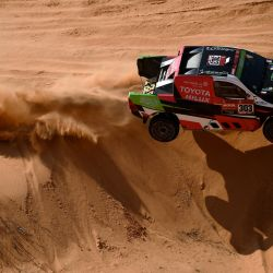 El piloto de Toyota Yazeed Al Rajhi de Arabia Saudita y el copiloto Dirk Von Zitzewitz de Alemania compiten durante la sexta etapa del Rally Dakar 2021 entre Buraydah y Hail, en Arabia Saudita. | Foto:Franck Fife / AFP