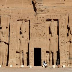 La fotografía muestra el complejo de Nefertari en el antiguo templo egipcio de Abu Simbel, a unos 1120 kilómetros al sur de la capital egipcia, El Cairo. | Foto:Khaled Desouki / AFP