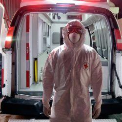 Paramédico de la Cruz Roja Mexicana Jesús Carmona posa para una foto luego de haber trasladado a un paciente de COVID-19 a una sala de emergencias en Toluca, México. | Foto:Alfredo Estrella / AFP