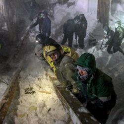 Rescatistas del Ministerio de Emergencias de Rusia trabajan en el lugar de la avalancha en la ciudad de Talnakh, a 25 kilómetros (16 millas) al norte de Norilsk. - Tres personas murieron después de que una avalancha arrasara una estación de esquí en las afueras de la ciudad ártica de Norilsk durante la noche. | Foto:Irina Yarinskaya / AFP