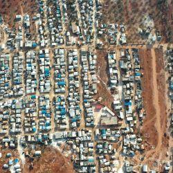Una fotografía aérea muestra campamentos para sirios desplazados en la aldea de Killi, cerca de Bab al-Hawa, en la frontera con Turquía, en la provincia noroccidental de Idlib. | Foto:Omar Haj Kadour / AFP