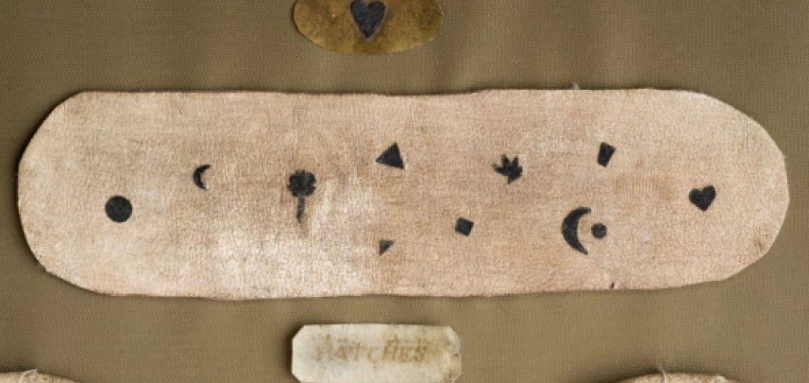 Mouches, la historia detrás de la moda de los lunares falsos