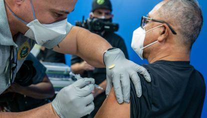 """Los extranjeros se aprovechan de un """"vacío legal"""" y van a vacunarse a Miami."""