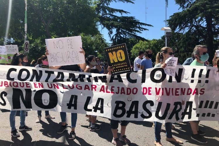 Vecinos de Moreno se manifestaron en la puerta de la Municipalidad en rechazo de la planta de transferencia de residuos