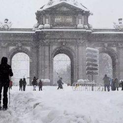 Cientos de madrileños aprovecharon la sorpresiva nevada para desplazarse por las calles en esquíes.