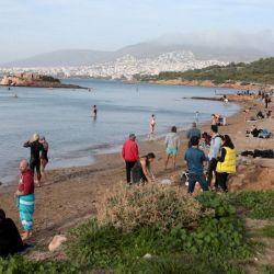 Los griegos aprovecharon el veranito en pleno invierno para copar las playas.