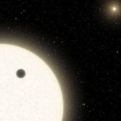 El KOI-5Ab tiene un tamaño de casi la mitad de Saturno, y se estima que su composición gaseosa también sea parecida.
