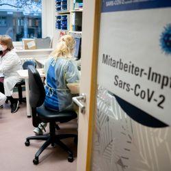 Berlín: una enfermera vacuna a Christian Maass (izq.), Fisioterapeuta, con la vacuna COVID-19 de Biontech / Pfizer en el Hospital Bethel. | Foto:Kay Nietfeld / DPA