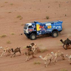 El piloto ruso de Kamaz, Andrey Nonvirgin, el copiloto Andrey Mokeev e Igor Lenonov compiten durante la décima etapa del Rally Dakar 2021 entre Neom y Alula en Arabia Saudita. | Foto:Franck Fife / AFP