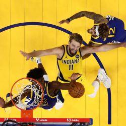 Domantas Sabonis de los Indiana Pacers sube para un tiro contra Kelly Oubre Jr. y James Wiseman de los Golden State Warriors en Chase Center en San Francisco. California. | Foto:Ezra Shaw / Getty Images / AFP
