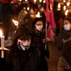 La gente participa en una marcha con antorchas por la colina de Canebiere convocada por varios sindicatos de trabajadores para protestar contra las políticas del gobierno francés que denuncian como  | Foto:Nicolas Tucat / AFP