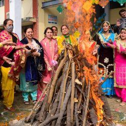 Estudiantes vestidos con trajes tradicionales de Punjabi realizan un ritual alrededor de una hoguera para celebrar Lohri, el festival de primavera, en Amritsar. | Foto:Narinder Nanu / AFP