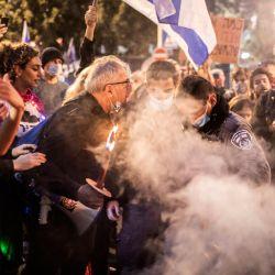 Israel, Jerusalén: un manifestante discute con agentes de policía durante una protesta contra el primer ministro israelí, Benjamin Netanyahu, exigiendo su renuncia por casos de corrupción. | Foto:Ilia Yefimovich / DPA