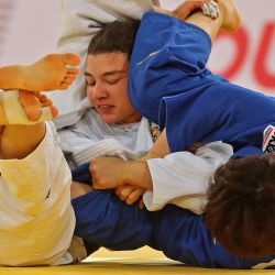 La japonesa Yoko Ono (azul) y la rusa Madina Taimazova pelean en la final de la categoría femenina de menos de 70 kg del World Judo Masters en la capital de Qatar, Doha. | Foto:Karim Jaafar / AFP