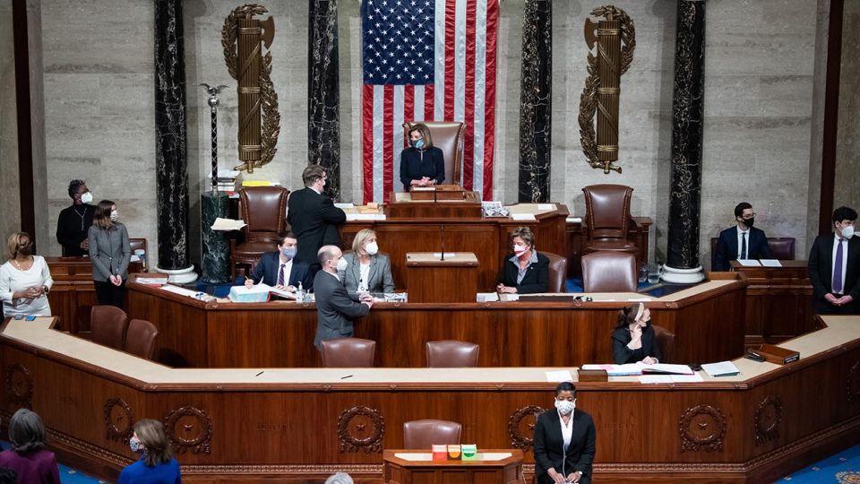 WASHINGTON, DC - 13 DE ENERO: Mostrado en una transmisión de televisión dentro de la Sala de Prensa de la Casa Blanca, la Cámara de Representantes de los Estados Unidos vota sobre el juicio político del presidente de los Estados Unidos, Donald Trump, el 13 de enero de 2021 en Washington, DC. El presidente Trump es el primer presidente en la historia de Estados Unidos que enfrenta un juicio político dos veces.