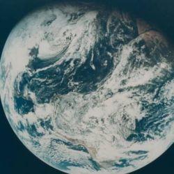 Primera foto del nacimiento de la tierra tomada desde el Apolo 8.