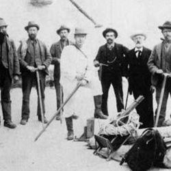Fue carpintero, empleado en el correo y en el ferrocarril y hasta guía de caza durante los años que vivió en Argelia.