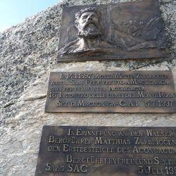 Una placa lo recuerda como el primer escalador del mundo en llegar a la cima del cerro Aconcagua.