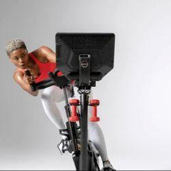 La Bowflex VeloCore es una bicicleta estática que también permite hacer movimientos oscilatorios hacia los costados.