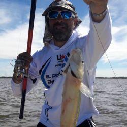 La pesca se realiza en la modalidad embarcado con las clásicas boyas y aparejos de pejerrey.