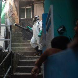 Brasil, Río de Janeiro: Residentes de la favela de Santa Marta con trajes protectores realizan una operación de limpieza en el barrio en medio de la pandemia de Coronavirus. | Foto:Fabio Teixeira / ZUMA Wire / DPA