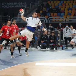 El pivote chileno Esteban Salinas salta a disparar durante el partido inaugural del Campeonato Mundial Masculino de Balonmano 2021 entre los equipos del Grupo G Egipto y Chile en el Polideportivo del Estadio de El Cairo en la capital egipcia. | Foto:MOHAMED ABD EL GHANY / PISCINA / AFP