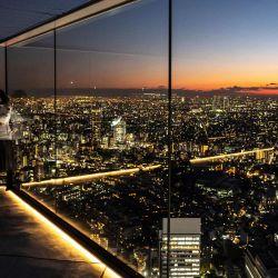 Un visitante se encuentra en la plataforma de observación Shibuya Sky en Tokio bajo un estado de emergencia por la pandemia del coronavirus Covid-19. | Foto:Philip Fong / AFP