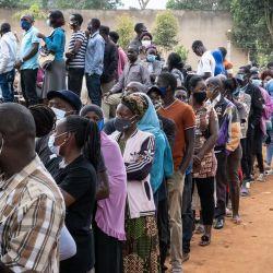 Los votantes hacen cola en un colegio electoral en Magere, Uganda. | Foto:Yasuyoshi Chiba / AFP