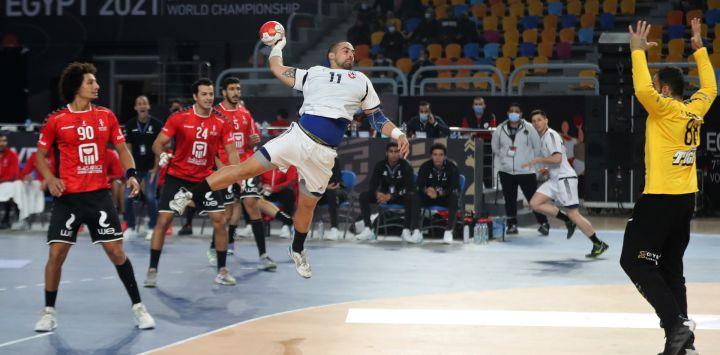 El pivote chileno Esteban Salinas salta a disparar durante el partido inaugural del Campeonato Mundial Masculino de Balonmano 2021 entre los equipos del Grupo G Egipto y Chile en el Polideportivo del Estadio de El Cairo en la capital egipcia.