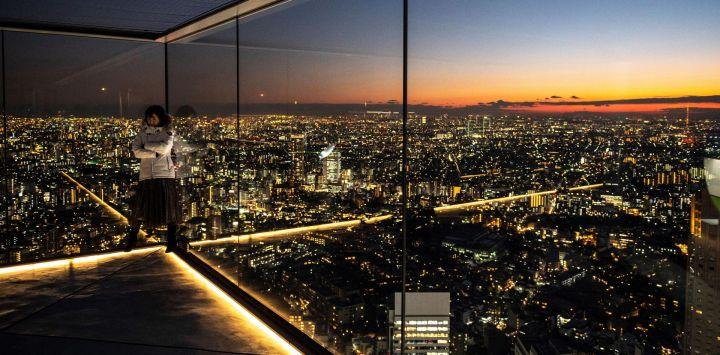 Un visitante se encuentra en la plataforma de observación Shibuya Sky en Tokio bajo un estado de emergencia por la pandemia del coronavirus Covid-19.